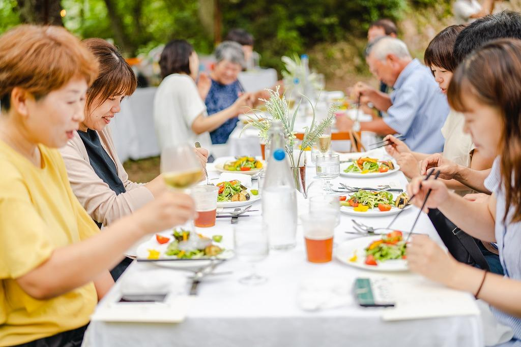 広島・神石高原町の有機農場で里山イタリアンがプロデュースする「キャンピングレストラン」が開催される