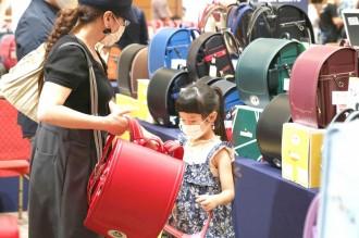 広島で「合同ランドセル展示会」 9メーカー700種類そろえる