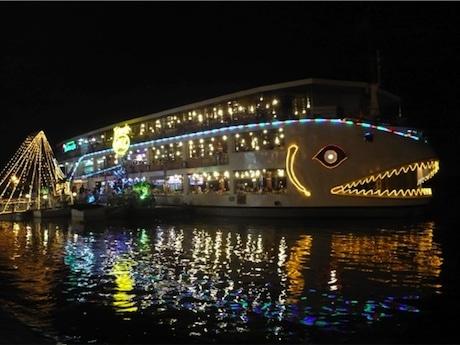 市民に親しまれるサイゴン川の観光船