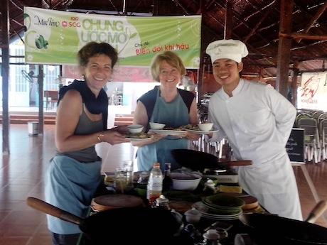 自分で作ったベトナム料理の完成を喜ぶ参加者