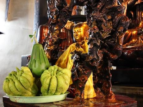 ハノイの Phuc Khanh寺で奉納されている仏手柑と「幸運」ザボン