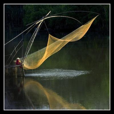 テーマ「偶然の瞬間」で2位の「網魚 」 (c)Vnexpress Photo Contest 2014
