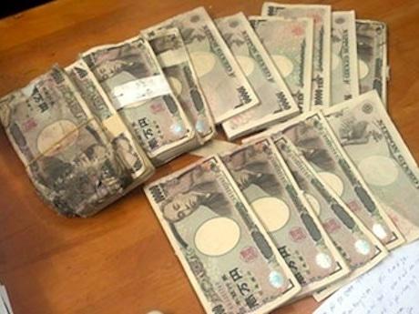 古いスピーカーの中から見つかった日本円©Vnexpress