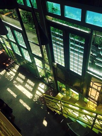 壁が多くの窓で組み合わせたカフェKujuz © Da Quy