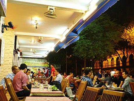 仕事の後でベトナム人の男性はよく集まってビールを飲む