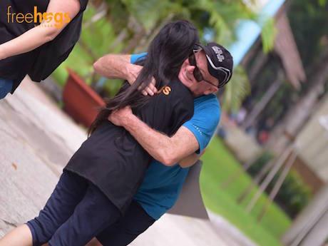 出会った人たちとフリー・ハグをした © Free Hugs Vietnam