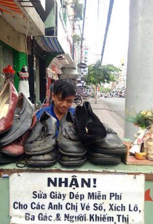靴修理をするベオさん ©ダン・ナンさん