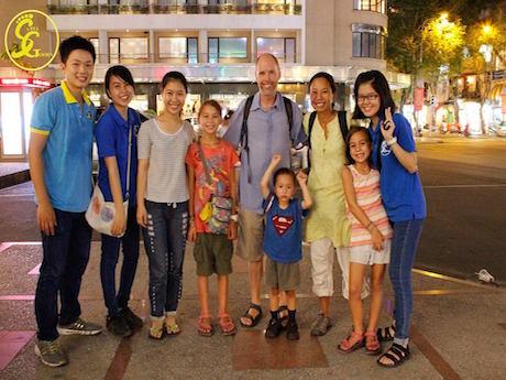 観光客とガイド ©Saigon Free Walking Tours