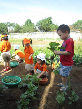 野菜を収穫する子どもたち ©Family Garden