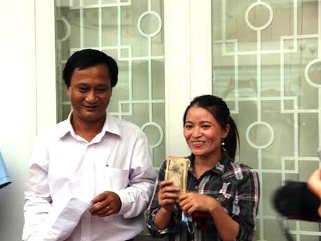 お金を受け取ったホンさん © Vietnamnet
