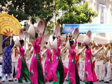 ベトナムの警察音楽隊  © Bao Nguoi Lao Dong