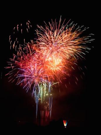 新年を祝って夜空を彩るトゥー・トィエムトンネル付近の打ち上げ花火