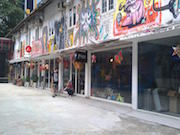 ホーチミンのアートな娯楽街、人気に バスを改造したケーキ店も