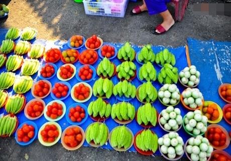 市場で皿に盛っている商品 ©Phununews.vn