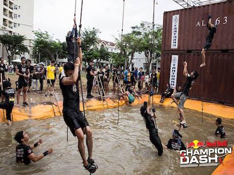障害物を超える参加者たち ©Champion Dash