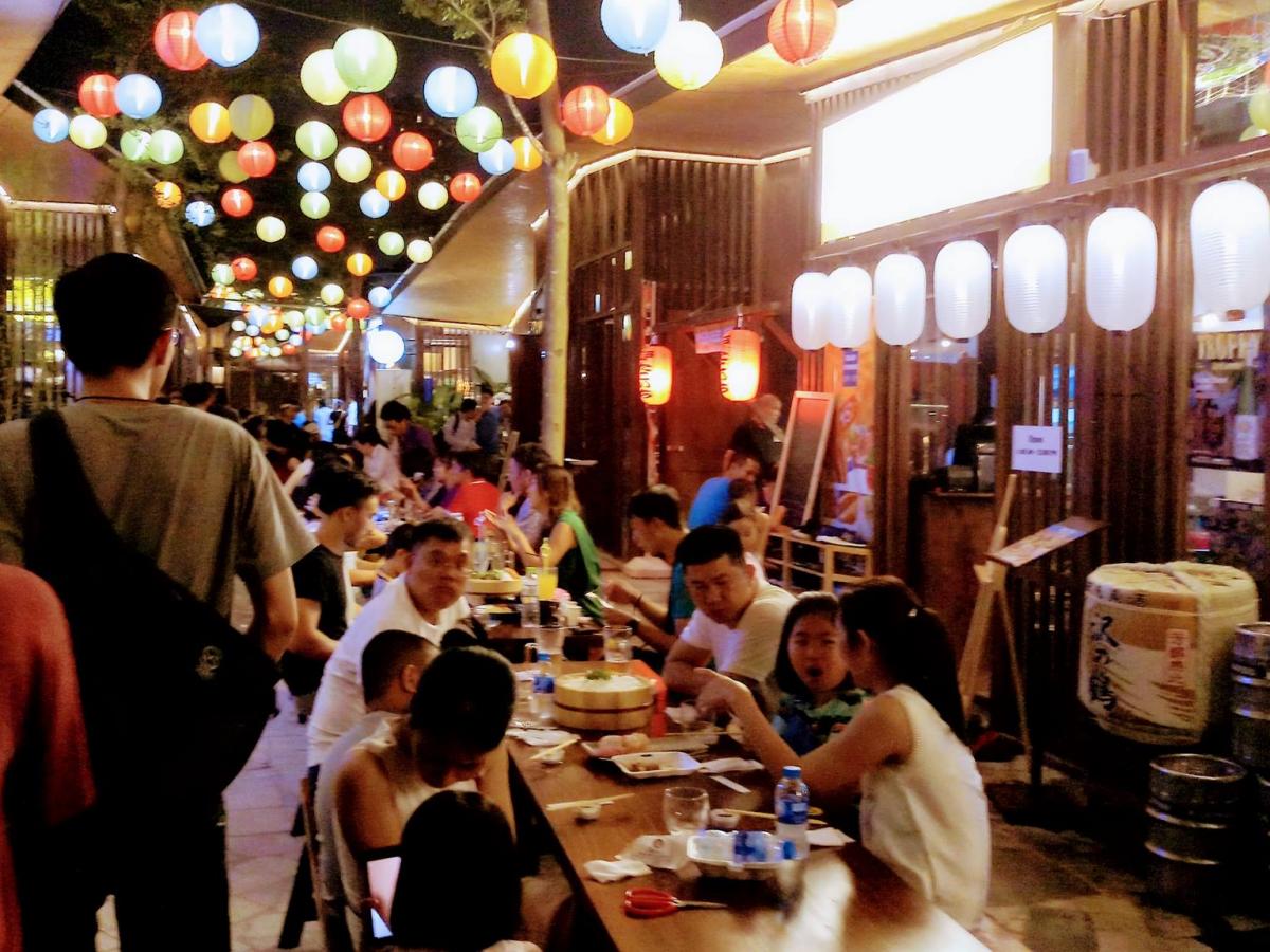 屋台の雰囲気を見せる「Oishi Town」