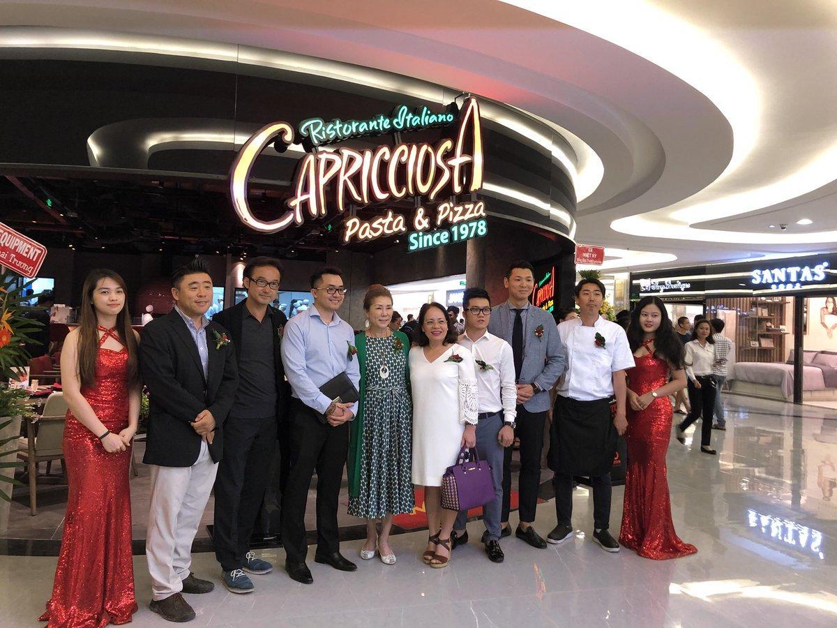 「WDI」の清水謙社長(左から3番目)ら、運営会社「RED SUN INTERNATIONAL TRADING INVESTING CORPORATION」の経営陣