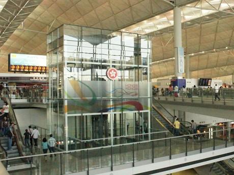 連休や夏休みなどの休暇には家族連れやカップルなどで混み合う香港国際空港ターミナル(写真:みんなの空港新聞)