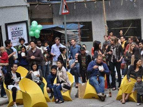 昨年のバザールの様子。ストリートパフォーマンスが繰り広げられ、参加者が屋外で食事を楽しむという香港では珍しいストリートイベント