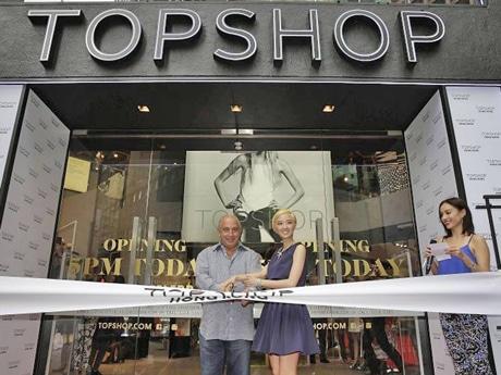 オープンは夕方17時。初の中華圏旗艦店を祝うため、オーナー、フィリップ・グリーンさんも来港