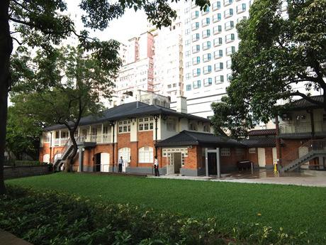 周辺に高層住宅が立ち並ぶ中、イギリス統治時代を回顧させる建物はオアシス的存在