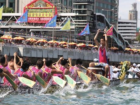 出場者は太鼓の音に合わせてドラゴンボートを漕(こ)ぎ、速さを競う(写真提供:香港政府観光局)