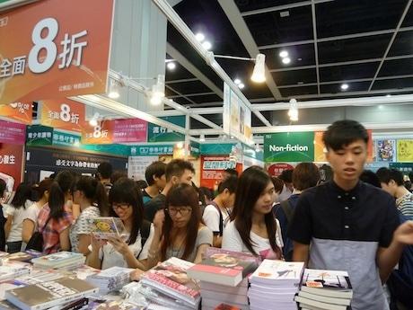 会場は歩くスペースも限られるほど混雑する香港ブックフェア