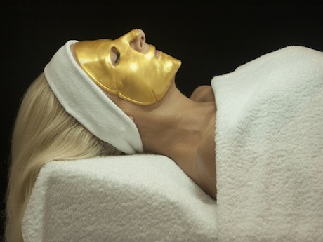 「ゴールデンユートピアフェーシャル」の仕上げは、贅沢なゴールドのフェイスマスク