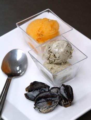 料理そのまま食べているようであり、甘さもあるエスカルゴアイス(前)と生ハムメロン(後)。手前はフランス産の冷凍エスカルゴ