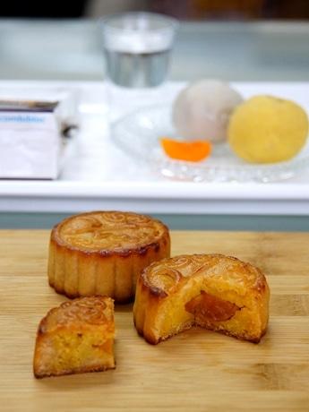 糖分と油分を抑えた小ぶりの月餅。アヒルの卵黄も従来の月餅の3分の1。写真はサツマイモ餡