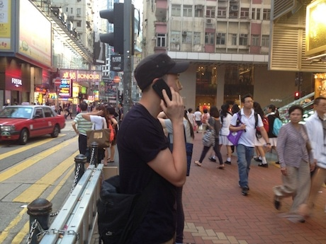 多くの観光客が訪れる香港の繁華街