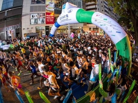スタート地点の彌敦道に集まる多くの参加者