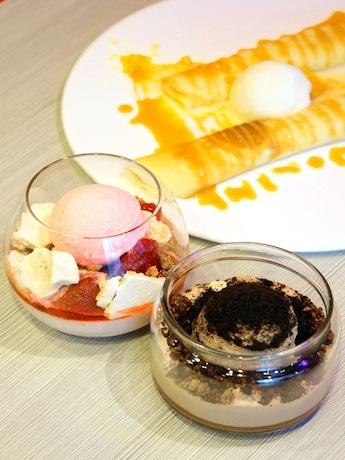 見た目も味も工夫されたデザート。(手前から奥)「Deluxe Dark chocolate Mousse」、「Sakura strawberry panna cotta」、「Lemon cream crepe roll」(55香港ドル)