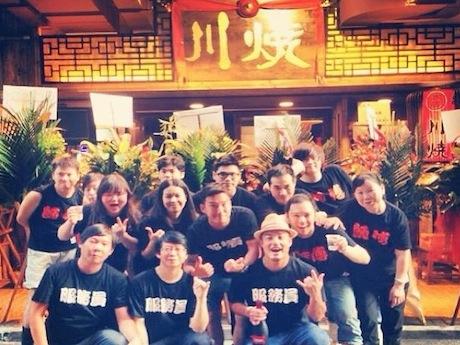 同店のスタッフは広東語ではなく北京語の店員を示す「服務員」のTシャツ着用。若い香港スタッフたちの活気が店づくりに息づく。