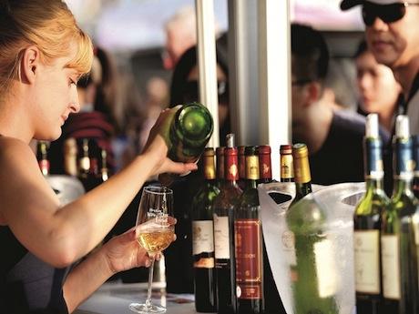 グランド・テイスティング・パビリオン」をに入場できる「グランドワインパス」=480香港ドル(同会場でのワイン引換券5枚付)、「クラシックワインパス」=200香港ドル(グランド・テイスティング・パビリオン以外で有効なワイン引換券8枚付)など。1枚の引換券で約40ミリリットルのワインを試飲可能。