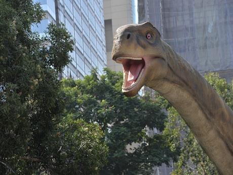 香港科学館外の広場には6体の恐竜が並んでいる