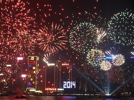 大型スクリーンには各国の新年を祝う言葉が表示され「あけましておめでとうございます」の文字も香港の夜景に