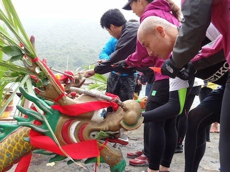 船首につけた龍の頭。墨で目を入れる儀式