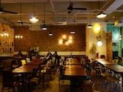 香港・火炭に台湾料理のカフェレストラン-ビンテージ家具で空間演出