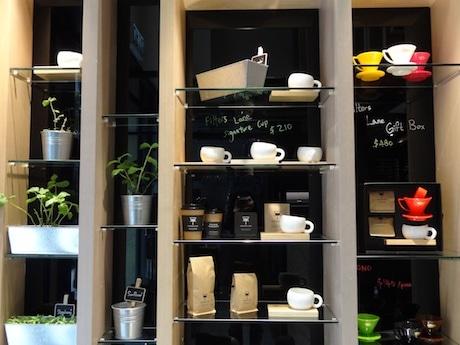 店内にはさまざまなコーヒー関連のアイテムがディスプレイされる