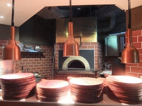 1階はカジュアルスタイル。ピザは窯焼きで提供