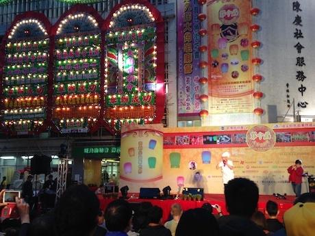 メーンステージでは中国伝統芸能を中心に住民たちがパフォーマンスを披露