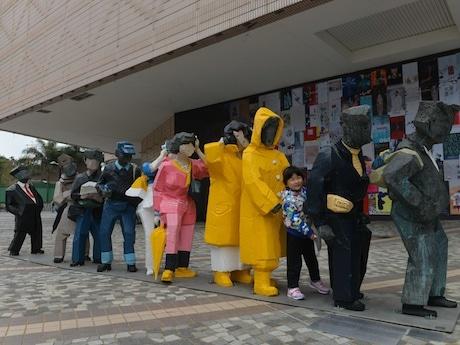 香港藝術館の屋外グランドフロアに設置された「人間シリーズ」より「行列」