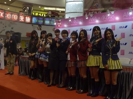AKB48から来港した高城亜樹さんと峯岸みなみさんはANAキャビンクルーの制服姿で登場