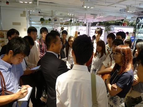 香港のシティースーパーを見学する学生たち