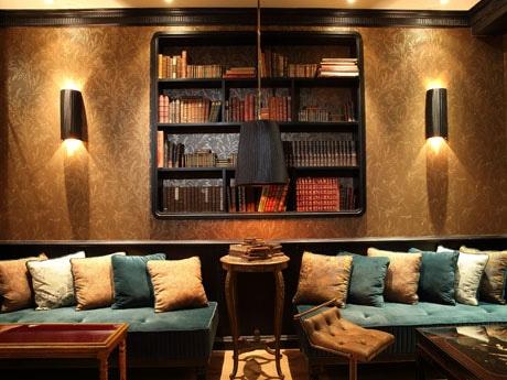 ラウンジフロアはゆったりとしたソファ席で寛ぐことができる