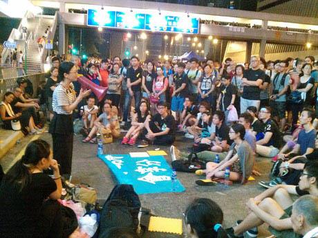 デモのいたるところで小グループによる集会も開かれていた