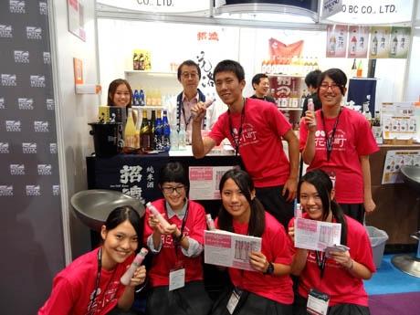 共同開発に携わった甘酒を手にする京都すばる高校の生徒