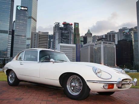 香港セントラルのビル群を背にクラシックカーが並ぶ