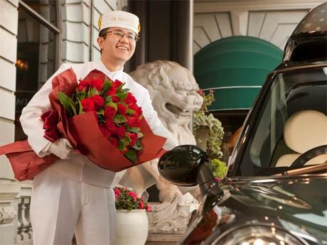 花束とチョコをもったページボーイがペニンシュラ専用の車で迎えに来てくれる